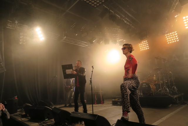 Torgny og Ida Maria deler ut stipend til KUUK. Foto: Silje Kulien